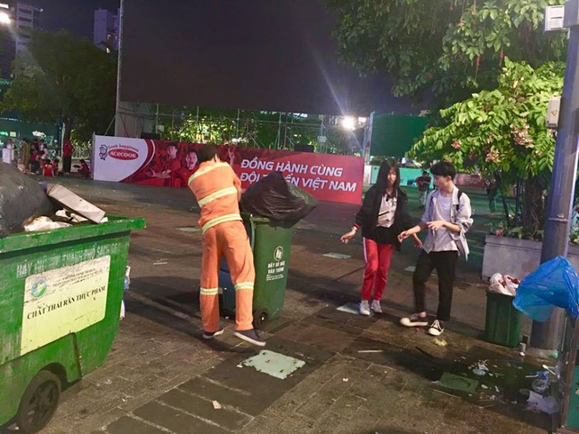 Hình ảnh đẹp: Nhiều bạn trẻ ở Sài Gòn không ngại bẩn, dọn sạch rác trên phố đi bộ sau chiến thắng của Việt Nam - Ảnh 9.