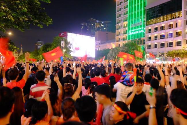 Người hâm mộ bắt đầu đổ xuống đường đi bão mừng chiến thắng 2-1 của Việt Nam - Ảnh 19.