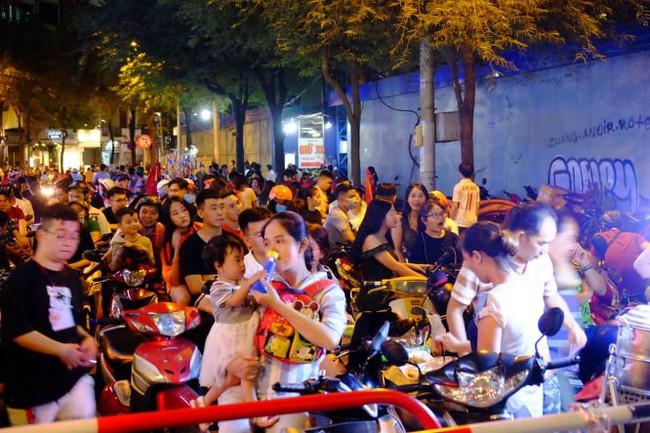 Người hâm mộ bắt đầu đổ xuống đường đi bão mừng chiến thắng 2-1 của Việt Nam - Ảnh 12.