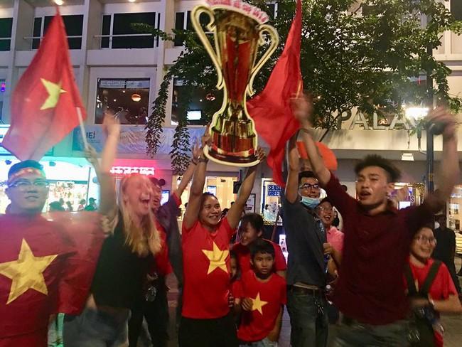 Người hâm mộ bắt đầu đổ xuống đường đi bão mừng chiến thắng 2-1 của Việt Nam - Ảnh 20.