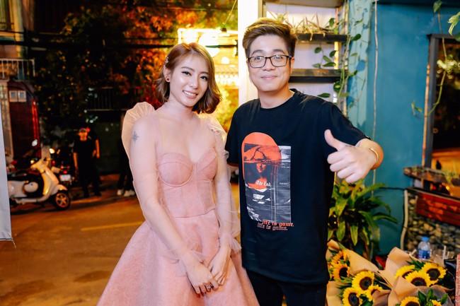 Bùi Anh Tuấn khoe giọng hát ngọt ngào bên quý cô xinh đẹp Kim Nhã  - Ảnh 1.