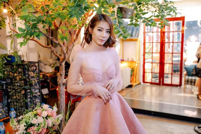 Bùi Anh Tuấn khoe giọng hát ngọt ngào bên quý cô xinh đẹp Kim Nhã  - Ảnh 2.