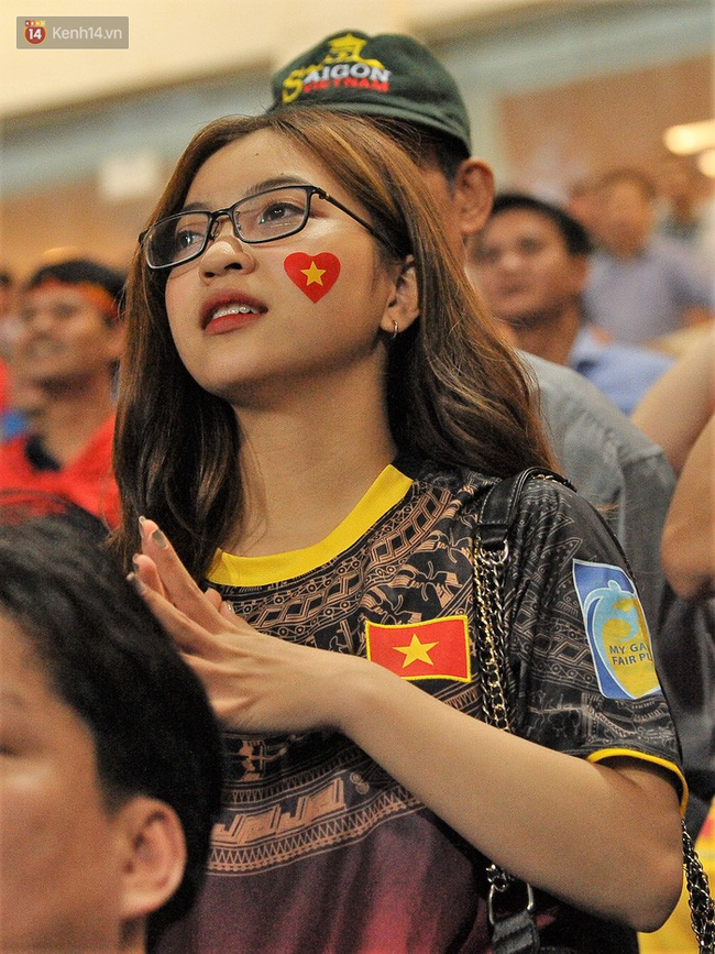 Bạn gái Quang Hải ăn mừng cực sung khi người yêu ghi bàn vào lưới Philippines - Ảnh 3.