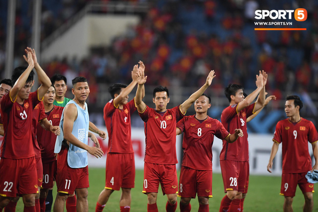 Thấy HLV Park Hang-seo đứng lặng một mình ở cabin sau chiến thắng trước Philippines, Quang Hải chạy tới ôm hôn, chia vui cùng thầy - Ảnh 5.