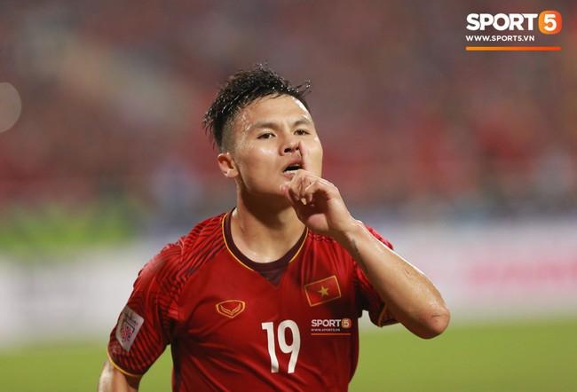 Thấy HLV Park Hang-seo đứng lặng một mình ở cabin sau chiến thắng trước Philippines, Quang Hải chạy tới ôm hôn, chia vui cùng thầy - Ảnh 6.