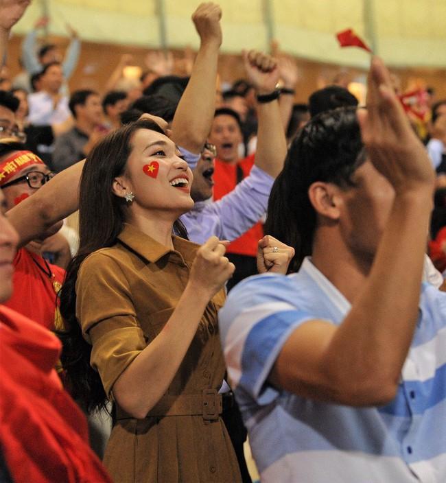 Bạn gái Quang Hải ăn mừng cực sung khi người yêu ghi bàn vào lưới Philippines - Ảnh 8.
