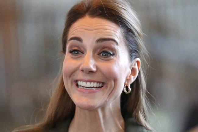 Thoải mái, vui vẻ sau tin đồn xích mích với em dâu Meghan, Công nương Kate bất ngờ bị chê thể hiện hơi quá đà - Ảnh 4.