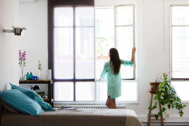 5 mẹo dễ làm lại rẻ bèo để giữ cho phòng ngủ lúc nào cũng thơm và sạch - Ảnh 2.