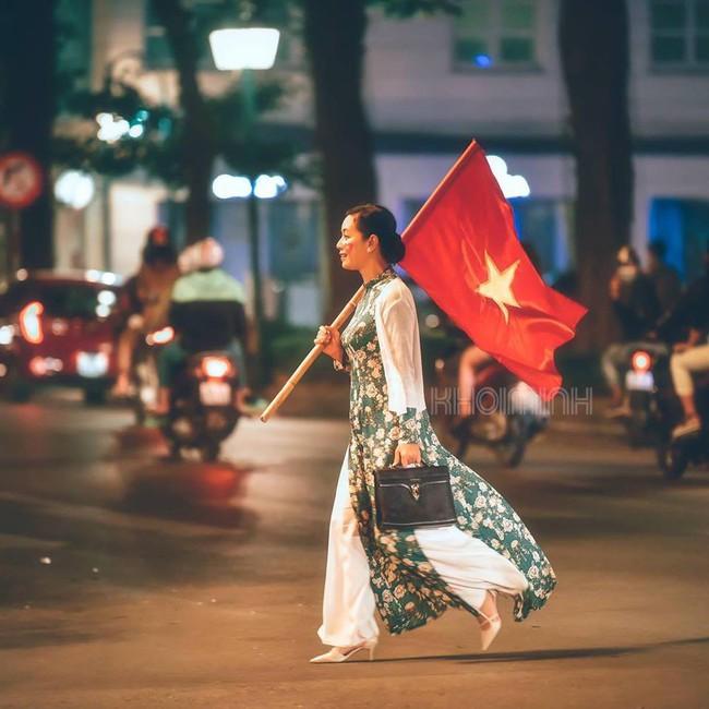 Đi bão sang và đẹp như NSƯT Chiều Xuân: Diện áo dài, tay cầm cờ hot nhất cộng đồng mạng  - Ảnh 2.