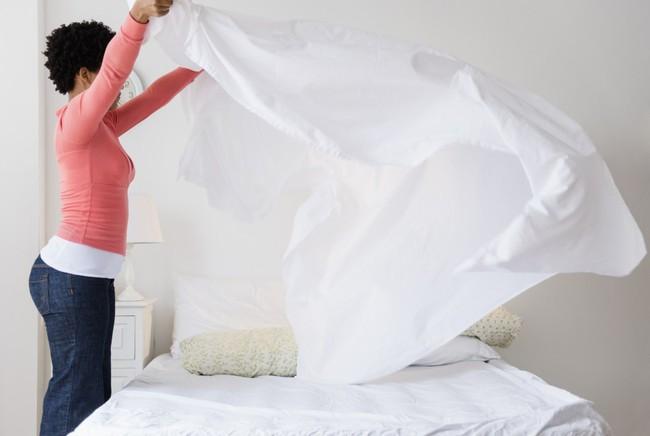 5 mẹo dễ làm lại rẻ bèo để giữ cho phòng ngủ lúc nào cũng thơm và sạch - Ảnh 3.