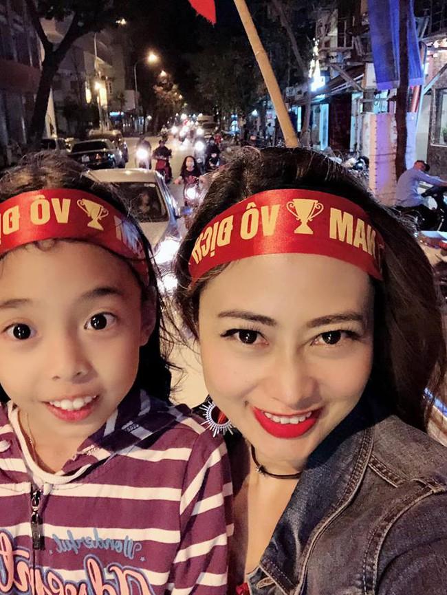 Đội tuyển Việt Nam chiến thắng Philippines, từ bà bầu đến trẻ nhỏ cũng ăn mừng tưng bừng - Ảnh 4.