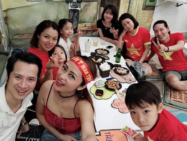 Đội tuyển Việt Nam chiến thắng Philippines, từ bà bầu đến trẻ nhỏ cũng ăn mừng tưng bừng - Ảnh 6.
