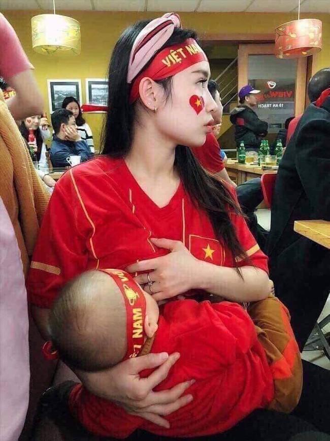 Đội tuyển Việt Nam chiến thắng Philippines, từ bà bầu đến trẻ nhỏ cũng ăn mừng tưng bừng - Ảnh 2.