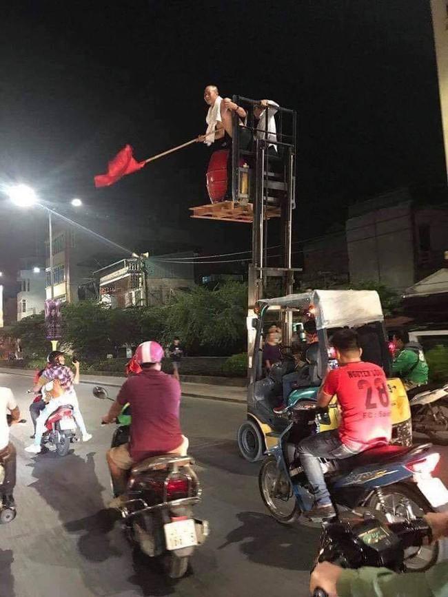 Những hình ảnh giản dị mà hài hước của CĐV Việt Nam trong không khí tưng bừng mừng chiến thắng - Ảnh 4.
