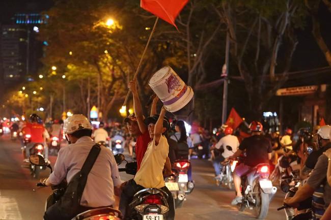 Những hình ảnh giản dị mà hài hước của CĐV Việt Nam trong không khí tưng bừng mừng chiến thắng - Ảnh 8.