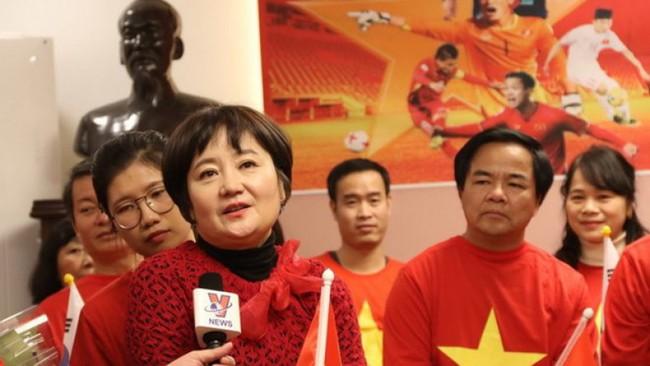 Nhan sắc các bạn gái cầu thủ đã là gì, ngỡ ngàng nhất là người phụ nữ U60 bên cạnh thầy Park suốt 32 năm - Ảnh 5.