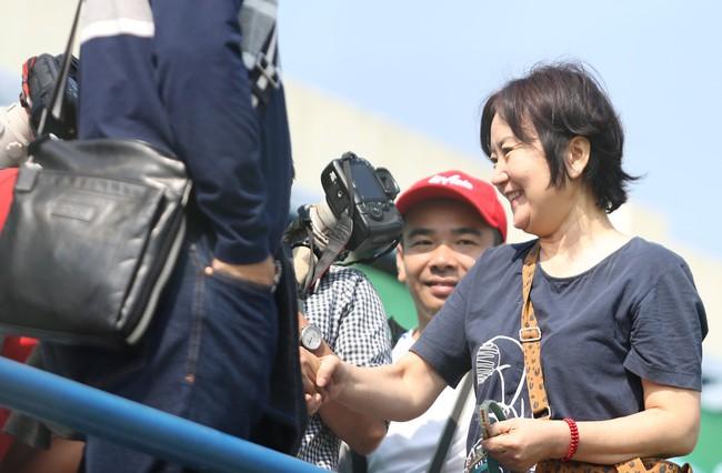 Nhan sắc các bạn gái cầu thủ đã là gì, ngỡ ngàng nhất là người phụ nữ U60 bên cạnh thầy Park suốt 32 năm - Ảnh 3.
