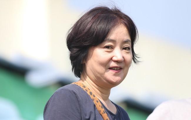 Nhan sắc các bạn gái cầu thủ đã là gì, ngỡ ngàng nhất là người phụ nữ U60 bên cạnh thầy Park suốt 32 năm - Ảnh 2.