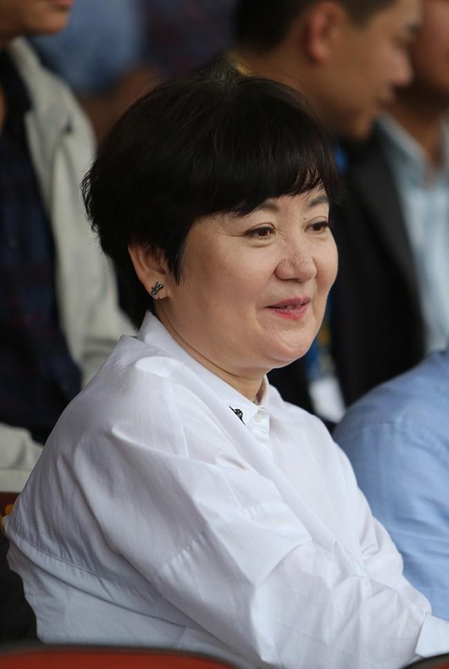 Nhan sắc các bạn gái cầu thủ đã là gì, ngỡ ngàng nhất là người phụ nữ U60 bên cạnh thầy Park suốt 32 năm - Ảnh 1.