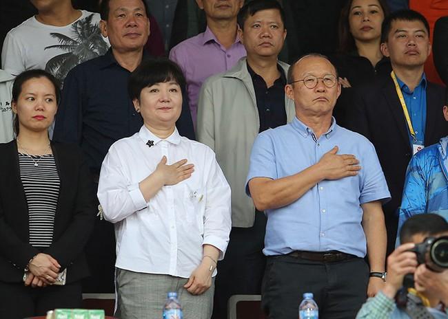 Nhan sắc các bạn gái cầu thủ đã là gì, ngỡ ngàng nhất là người phụ nữ U60 bên cạnh thầy Park suốt 32 năm - Ảnh 9.