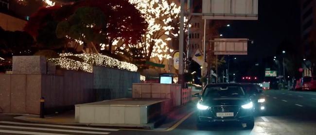 Mải mê ngắm trai trẻ, Song Hye Kyo bị xe tông - Ảnh 5.