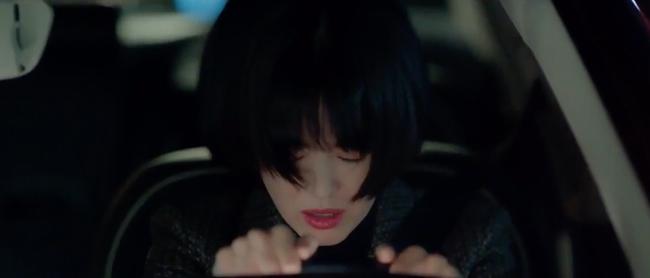 Mải mê ngắm trai trẻ, Song Hye Kyo bị xe tông - Ảnh 4.