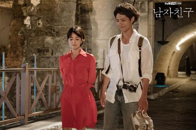 """Song Hye Kyo lại khiến dân tình choáng ngợp với """"kho"""" đồ hiệu, chỉ riêng túi đã hơn 1 tỷ đồng trong phim mới - Ảnh 1."""