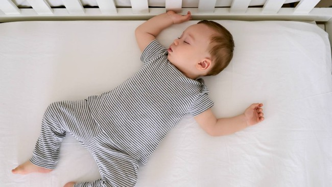 Lợi ích bất ngờ khi cho trẻ ngủ trong cũi đến năm 3 tuổi - Ảnh 1.