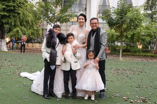 MC Phan Anh tất bật chuẩn bị đồ cho con gái, 4 mẹ con Hà Kiều Anh khép lại Tuần lễ thời trang trẻ em - Ảnh 1.