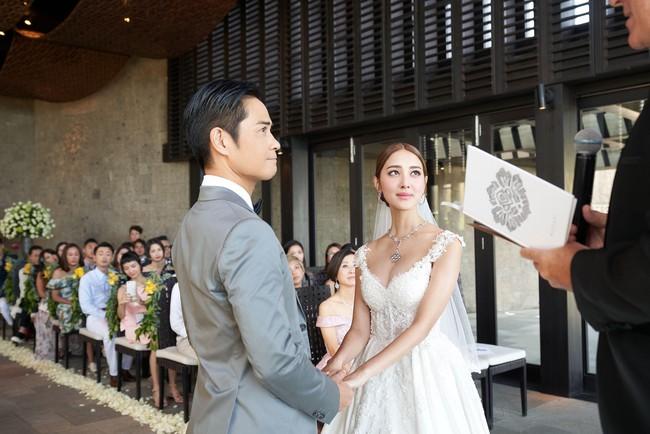 Tài tử TVB kết hôn nhưng điều đáng chú ý chính là nhan sắc tựa nữ thần cùng váy cưới lộng lẫy của cô vợ kém 22 tuổi - Ảnh 2.