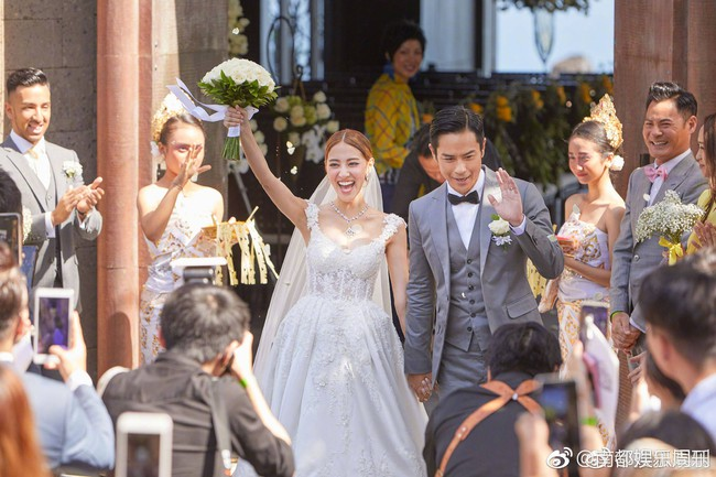 Tài tử TVB kết hôn nhưng điều đáng chú ý chính là nhan sắc tựa nữ thần cùng váy cưới lộng lẫy của cô vợ kém 22 tuổi - Ảnh 4.