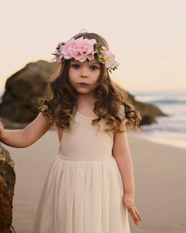 Mới 4 tuổi nhưng cô bé đáng yêu tựa thiên thần đã kiếm được bộn tiền, mẹ không mất một xu mua quần áo nhờ điều này - Ảnh 1.
