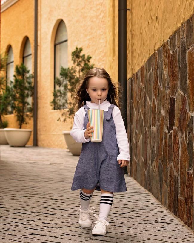Mới 4 tuổi nhưng cô bé đáng yêu tựa thiên thần đã kiếm được bộn tiền, mẹ không mất một xu mua quần áo nhờ điều này - Ảnh 5.