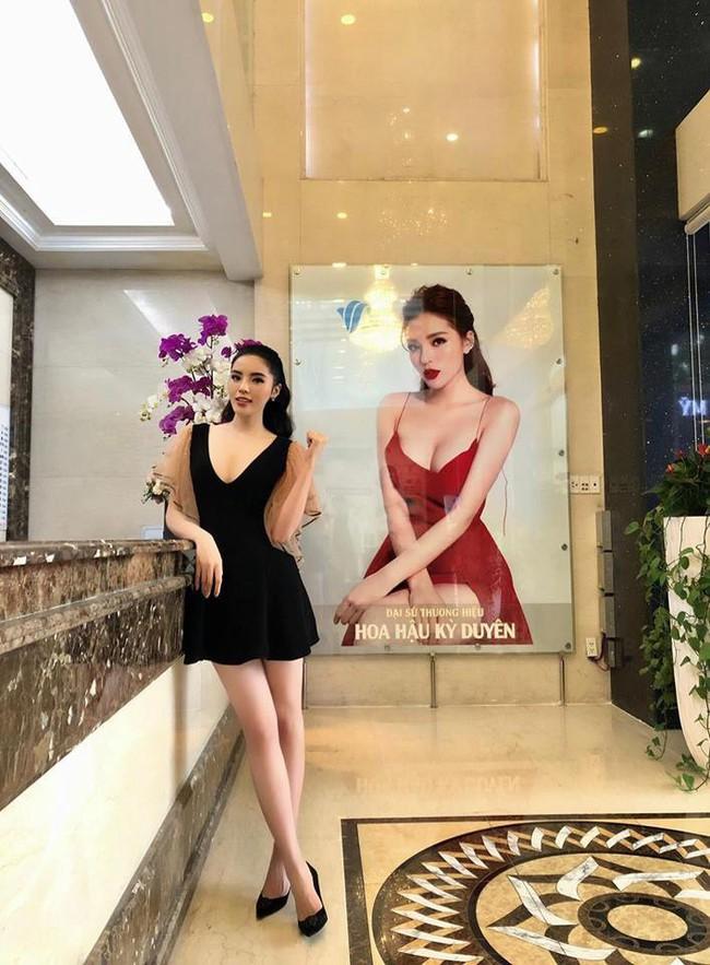 Diện cùng 1 kiểu váy yểu điệu, vòng 1 cũng đã đều qua dao kéo, thế mà trông Jun Vũ vẫn e ấp hơn Kỳ Duyên nhiều phần - Ảnh 1.
