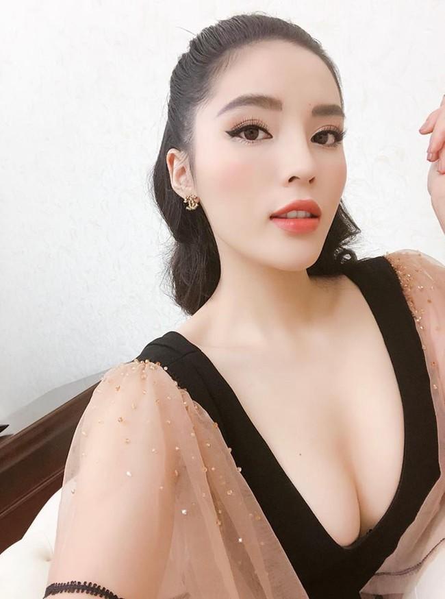 Diện cùng 1 kiểu váy yểu điệu, vòng 1 cũng đã đều qua dao kéo, thế mà trông Jun Vũ vẫn e ấp hơn Kỳ Duyên nhiều phần - Ảnh 2.