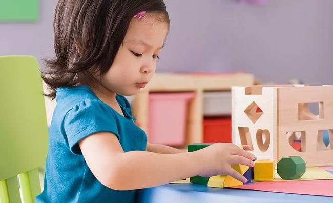Chẳng cần khản cổ giục giã hay ép con, làm theo những cách sau, trẻ sẽ đam mê học tập từ nhỏ - Ảnh 2.
