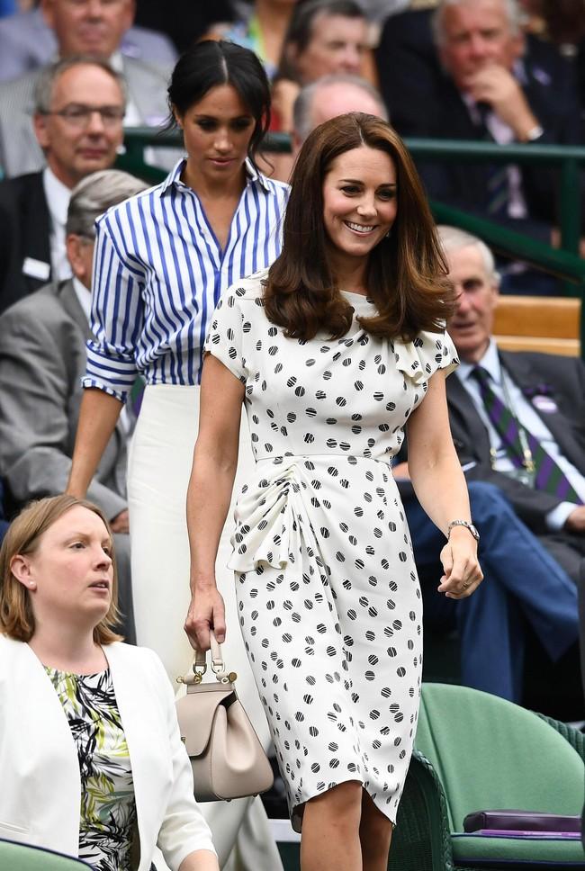 Cẩn trọng như phụ nữ Hoàng gia Anh, luôn chuẩn bị kỹ lưỡng cho cả tình huống tốc váy hớ hênh  - Ảnh 1.