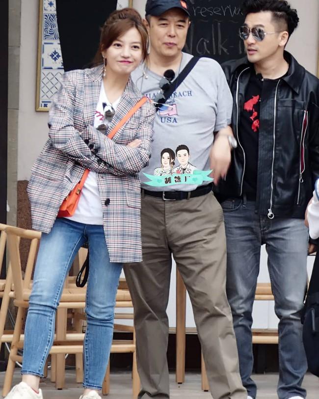 Giảm cân thành công, Triệu Vy còn khiến dân tình choáng ngợp khi diện toàn hàng hiệu đắt đỏ trong show truyền hình mới - Ảnh 2.