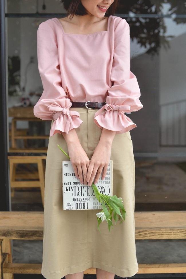 20 mẫu áo blouse siêu xinh từ các thương hiệu Việt chắc chắn sẽ đốn tim nàng trong những ngày giao mùa mát lịm - Ảnh 1.