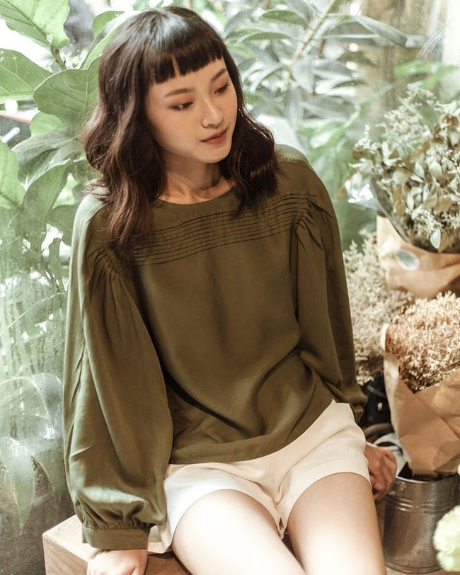 20 mẫu áo blouse siêu xinh từ các thương hiệu Việt chắc chắn sẽ đốn tim nàng trong những ngày giao mùa mát lịm - Ảnh 12.