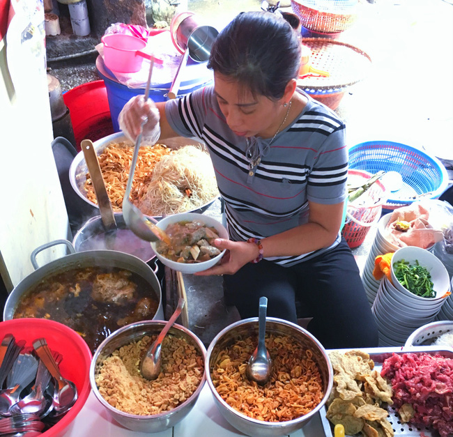 Khám phá quán bánh đa cua 25 năm tuổi trong chợ Châu Long khiến nhiều người khen tặng bánh đa cua ngon nhất Hà Nội - Ảnh 3.