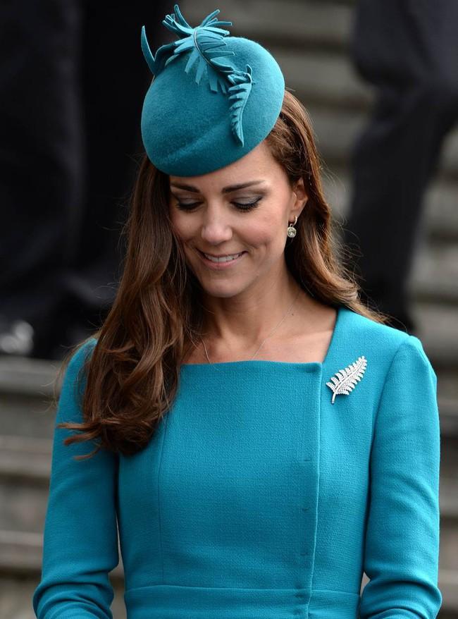 Không chỉ quy định trang phục ngặt nghèo, đến chuyện làm đẹp các nàng dâu Hoàng gia Anh cũng phải tuân theo loạt nguyên tắc này - Ảnh 6.