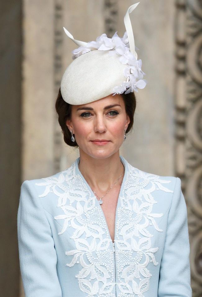 Không chỉ quy định trang phục ngặt nghèo, đến chuyện làm đẹp các nàng dâu Hoàng gia Anh cũng phải tuân theo loạt nguyên tắc này - Ảnh 4.