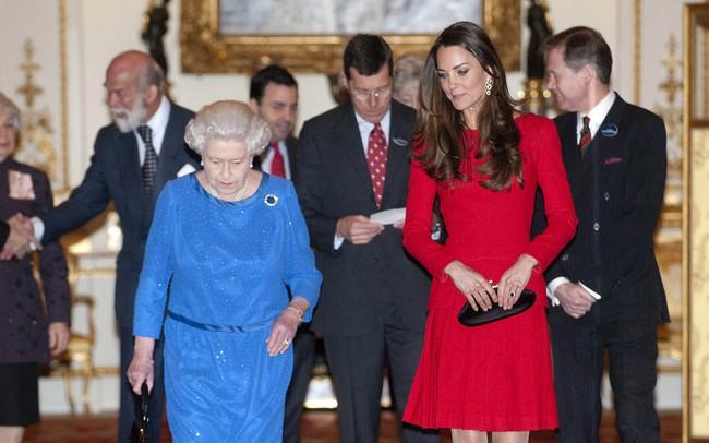 Cũng chăm diện màu chói giống Nữ hoàng Anh nhưng Công nương Kate lại luôn tránh xa gam màu này - Ảnh 1.