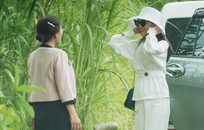 Sau đính hôn Nhã Phương và Trường Giang cùng diện đồ đôi, nhưng nàng sang chảnh diện túi Dior còn chàng vẫn một mực đi dép tổ ong bất hủ - Ảnh 2.