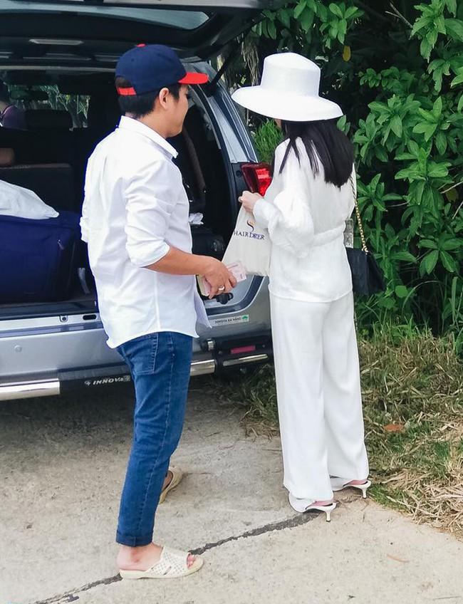 Sau đính hôn Nhã Phương và Trường Giang cùng diện đồ đôi, nhưng nàng sang chảnh diện túi Dior còn chàng vẫn một mực đi dép tổ ong bất hủ - Ảnh 4.