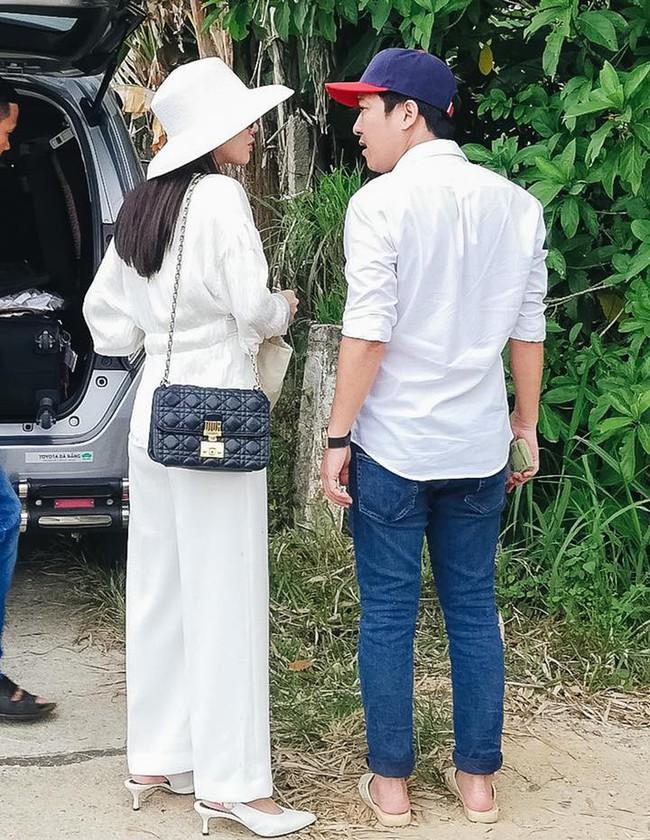 Sau đính hôn Nhã Phương và Trường Giang cùng diện đồ đôi, nhưng nàng sang chảnh diện túi Dior còn chàng vẫn một mực đi dép tổ ong bất hủ - Ảnh 1.