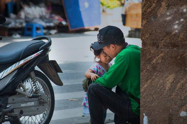 Chỉ với một khoảnh khắc giản dị và khiêm nhường, bức ảnh ông bố xe ôm và con gái đã khiến cộng đồng MXH tan chảy  - Ảnh 2.