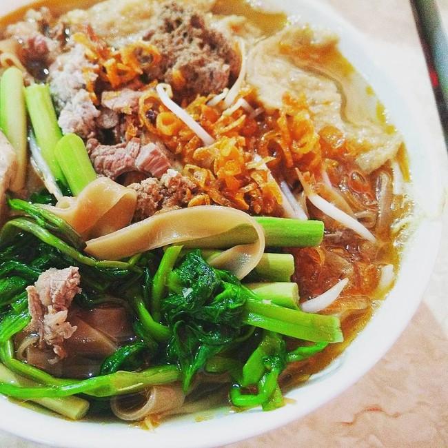 Khám phá quán bánh đa cua 25 năm tuổi trong chợ Châu Long khiến nhiều người khen tặng bánh đa cua ngon nhất Hà Nội - Ảnh 1.