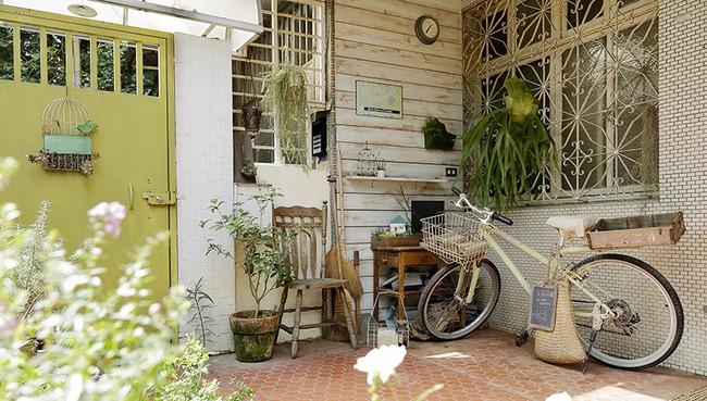 Cô gái trẻ tự tay cải tạo không gian cũ kỹ thành ngôi nhà vườn đẹp lãng mạn với cây xanh - Ảnh 1.